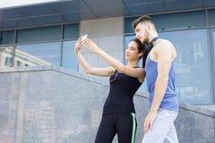 Бегун человека и женщины делая selfie Стоковое Фото