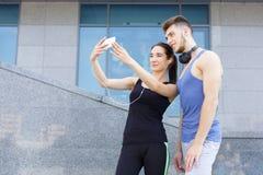 Бегун человека и женщины делая selfie Стоковые Фото