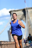Бегун человека бежать на Бруклинском мосте в Нью-Йорке Стоковое Изображение