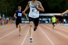 бегун человека победителя финишной черты Стоковая Фотография