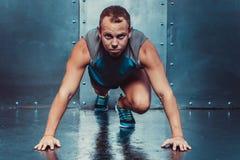Бегун, человек спортсмена мышечный в положении готовности, спорта, бега Стоковое Изображение RF