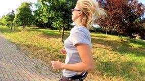 Бег женщины на открытом воздухе