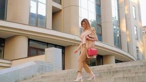 Бег женщины образа жизни спешкы дела вниз с города лестниц акции видеоматериалы