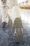 Бег молодого человека на платформе станции с рюкзаком на sta поезда Стоковые Фото