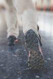 Бег молодого человека на платформе станции с рюкзаком на sta поезда Стоковая Фотография