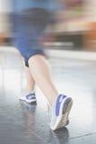 Бег молодой женщины на платформе станции с рюкзаком на поезде s Стоковое Изображение RF