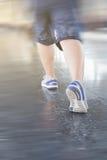 Бег молодой женщины на платформе станции с рюкзаком на поезде s Стоковое фото RF