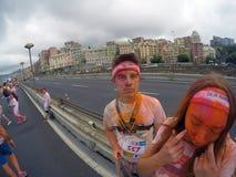Бег цвета, 5 километров, который нужно побежать вперед или идущ, с взрывами покрашенных порошков, игр и серий музыки стоковое фото