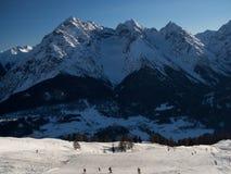 Бег лыжи перед группой горы Sesvenna стоковые изображения rf