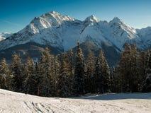 Бег лыжи перед группой горы Sesvenna стоковая фотография rf