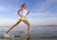 бег девушки Стоковое Фото