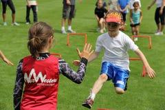 бег девушок потехи мальчиков Стоковая Фотография RF