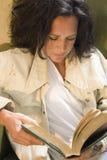 бедная женщина чтения стоковые изображения