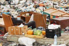 Бедный человек отдыхает на сбросе города Стоковое Фото
