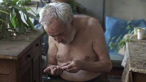 Бедный человек считая центы в руке видеоматериал