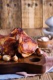 Бедренные кости жареного цыпленка на разделочной доске Стоковое фото RF