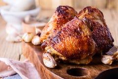 Бедренные кости жареного цыпленка на разделочной доске Стоковые Фотографии RF