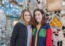 Бедро девушка 17 yearold и ее мать сорок пять yearold представляя в волшебном саде Исаии Zagar, Филадельфии Стоковое Изображение RF