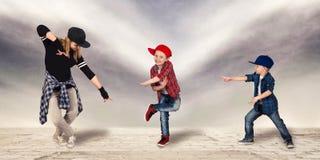 Бедр-хмель танца матери и 2 сынов уклад жизни урбанский поколение Бедр-хмеля стоковое изображение rf
