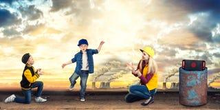Бедр-хмель танца матери и 2 сынов уклад жизни урбанский поколение Бедр-хмеля стоковая фотография