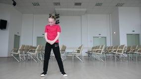 Бедр-хмель танцев маленькой девочки внутри помещения footloose акции видеоматериалы