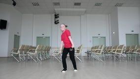 Бедр-хмель танцев маленькой девочки внутри помещения footloose видеоматериал