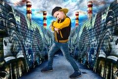 Бедр-хмель танцев мальчика Мода ` s детей Молодой рэппер Граффити на стенах Охладите рэп dj стоковая фотография