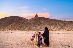 Бедуины в пустыне Сахары стоковые изображения rf