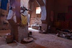 Бедуин в пустыне показывает его дом стоковая фотография rf