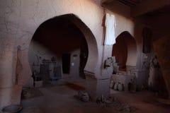 Бедуин в пустыне показывает его дом стоковое фото rf