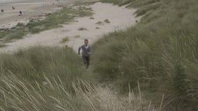 Бежать вверх дюны акции видеоматериалы