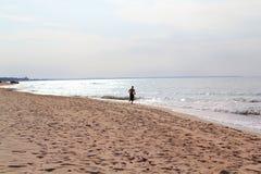 Бежать вдоль моря Стоковая Фотография