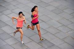 Бежать женщин фитнеса стоковое изображение rf