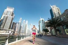 Бежать и здоровье Спортсмен бежит и делает разминка athirst стоковое фото rf