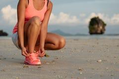 Бежать и спорт на пляже на лете Стоковое Изображение RF