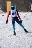 Бежать лыжника молодого человека покатый в снеге порошка, высокогорных горах Спорт зимы и воссоздание, мероприятия на свежем возд стоковые фото