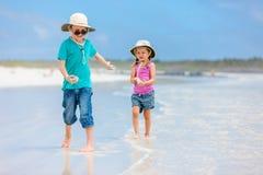 бежать малышей пляжа стоковое изображение