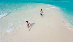 бежать малышей пляжа стоковая фотография