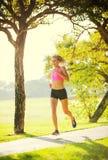 Бежать молодой женщины jogging outdoors Стоковое Изображение
