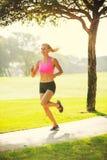 Бежать молодой женщины jogging outdoors Стоковое фото RF