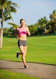 Бежать молодой женщины jogging outdoors Стоковая Фотография RF