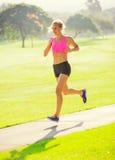 Бежать молодой женщины jogging outdoors Стоковое Изображение RF
