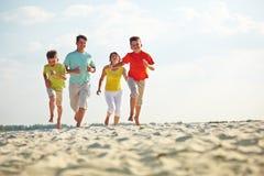 Бежать на песчаном пляже стоковые фотографии rf