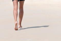 Бежать на пляже стоковые фотографии rf