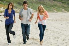 Бежать на пляже Стоковые Фото