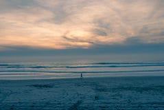 Бежать на пустом пляже Стоковые Изображения RF