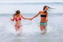 Бежать на пляже Стоковые Изображения