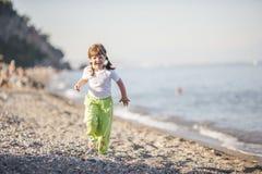 Бежать на пляже стоковое изображение rf