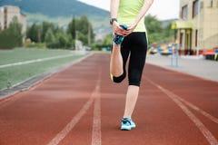 Бежать протягивающ бегуна делая подогрев перед марафоном Стоковое Изображение RF