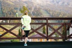 Бежать протягивающ бегуна делая подогрев перед марафоном Стоковое Изображение